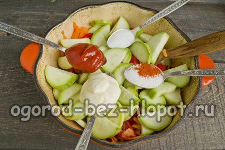 добавить к кабачкам майонез и томатную пасту