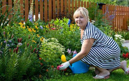 женщина ухаживает за цветами