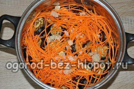 в емкости баклажаны, морковь и чеснок