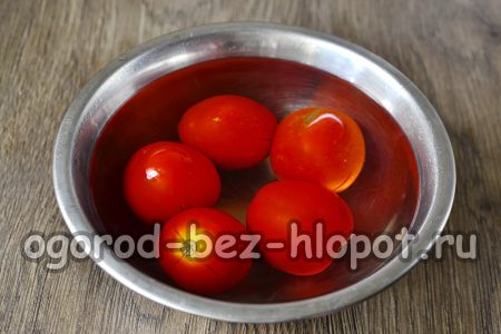 Моем помидоры