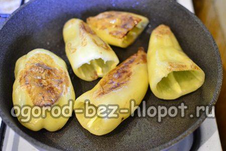 обжарить перцы на сковороде