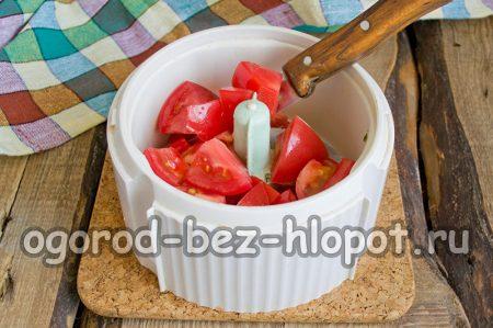 нарезанные томаты в блендере