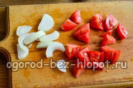 помидоры и лук нарезать и обжарить