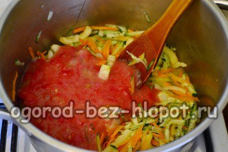 Вливаем пюре в овощи