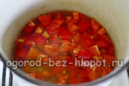 помидоры в воде в кастрюле