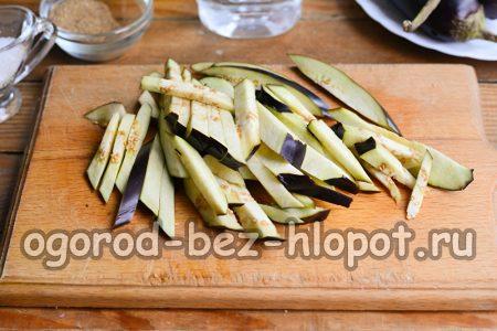 нарезанные соломкой баклажаны