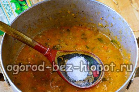 добавить соль, сахар и довести овощную массу до кипения