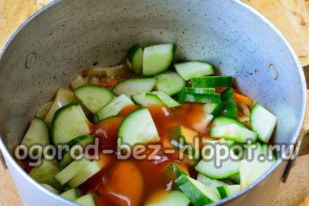 в кастрюлю с луком и морковью добавить огурцы и томатную пасту