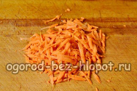 добавляем натертую морковь к капусте