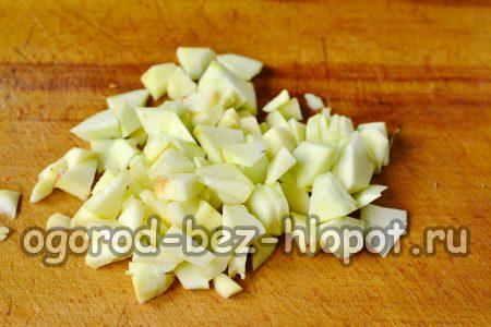режем яблоко большими кусочками и добавляем к остальным продуктам