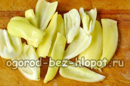 плоды перца чистим от внутренностей, промываем от оставшихся семян и нарезаем на несколько больших ломтиков