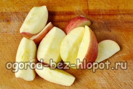 у яблок вырезаем сердцевину и режем на четвертинки