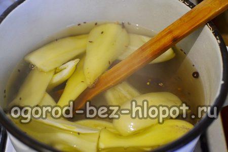 в кипящий готовый рассол погружаем болгарские перцы небольшими порциями и провариваем