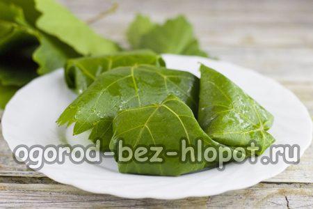 виноградные листики хорошенько помоем, обсушим, в середину выкладываем овощ и заворачиваем его в виде рулета