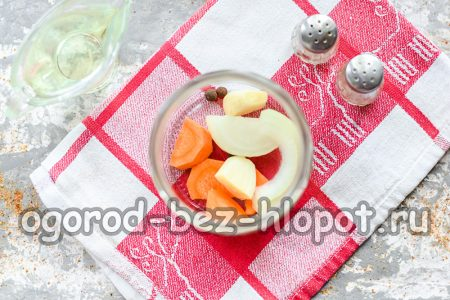 укладка в банку моркови и лука
