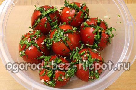 наполнить помидоры пряной смесью