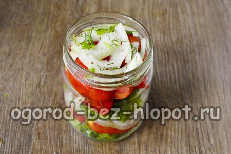 баночки на дно выкладываем перец горошком, после лук, зелень, помидоры, все чередуем и добавляем растительное масло