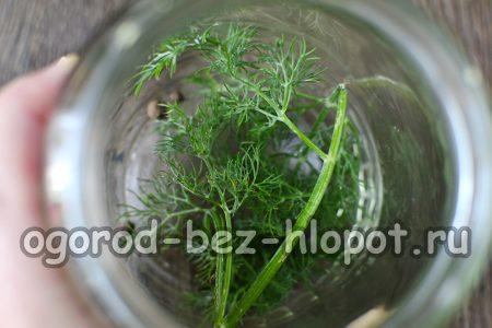 в стерильные сухие баночки закладываем зелень укропа и душистый перчик