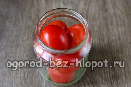 плотно заполняем баночки помидорками