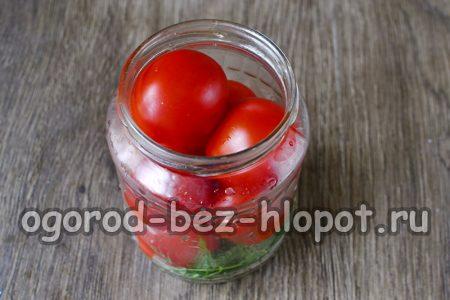 поместить томаты в банку