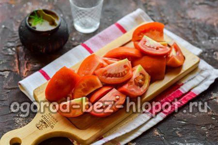 нарезать томаты небольшими дольками