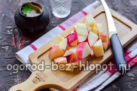 мякоть яблока нарезать кубиками или дольками