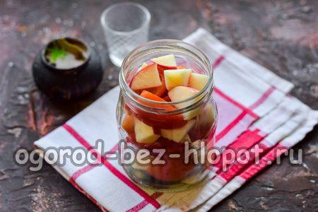 в подготовленную банку выложить специи, помидоры и яблоки