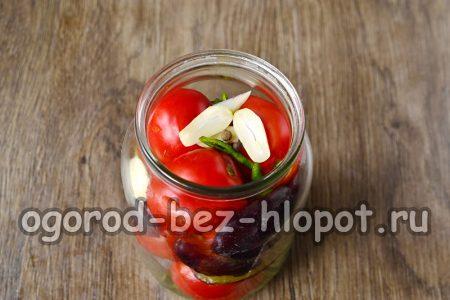 слить настой из банки и добавить к томатам чеснок