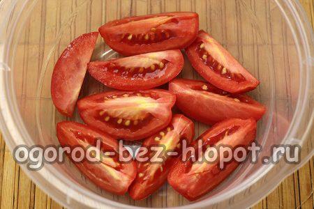 помидоры порезать дольками