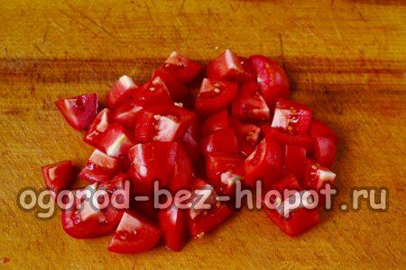 томаты разрезаем на несколько кусочков