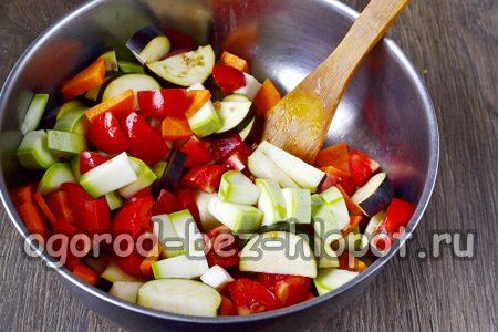 все нарезанные овощи смешиваем в одной посудине