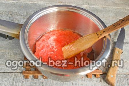 смешать в сотейнике масло, уксус, томат