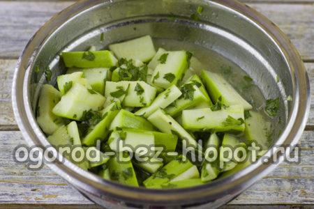 смешать овощи с маринадом
