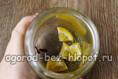 положить в банку лимон и гвоздику