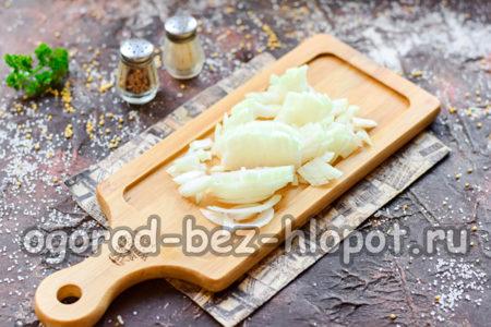 Нарезать репчатый лук