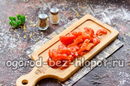 Нарезать помидоры для рагу
