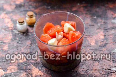 сложить помидоры и чеснок в чашу блендера