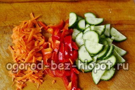 подготовить морковь, сладкий перец, огурцы