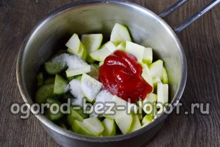 к овощам добавляем соль, сахар, кетчуп