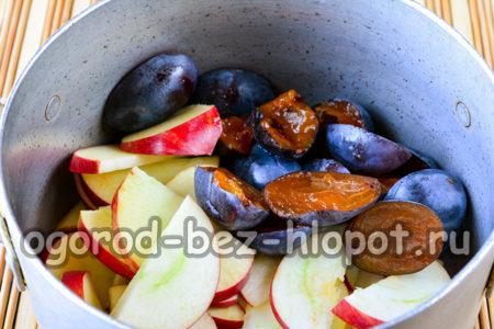 сложить фрукты в кастрюлю