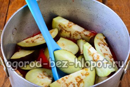 высыпать баклажаны в томат