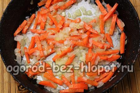 тушить лук с морковкой