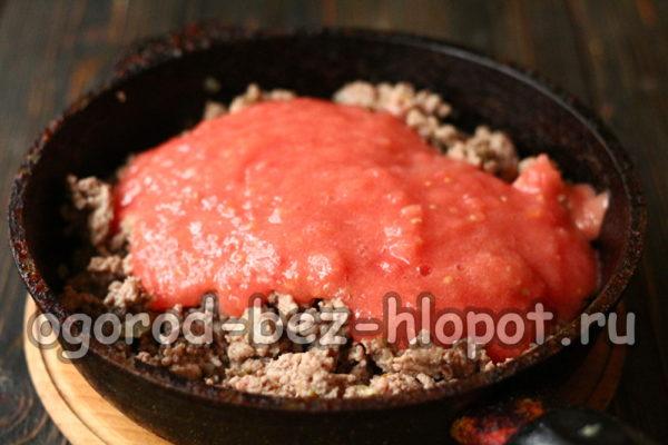 вылить томат в сковороду