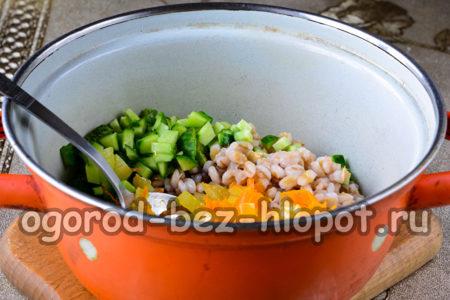 огурцы, перловку и поджаренные овощи сложить в кастрюлю