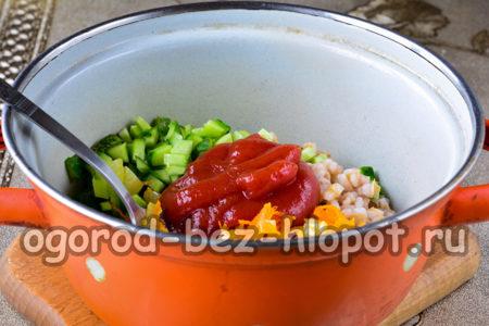 добавить томатную пасту и растительное масло