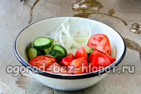 помидоры, огурцы, лук нарезать