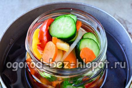 разложить салат по баночкам