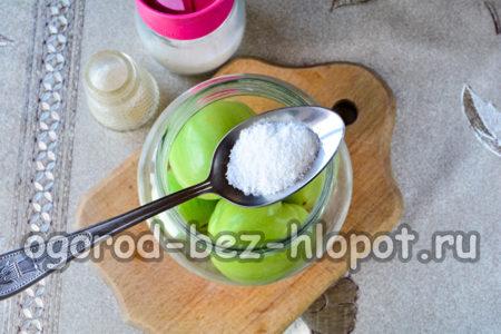 насыпать в банку соль и сахар