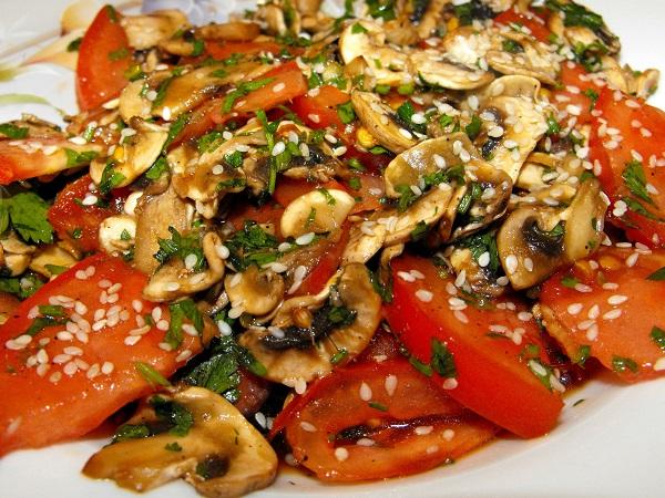 Салат с грибами, кунжутом и томатами
