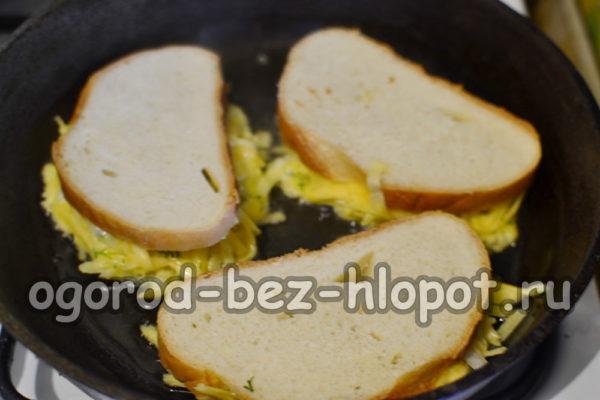 выложить бутерброды на сковороду